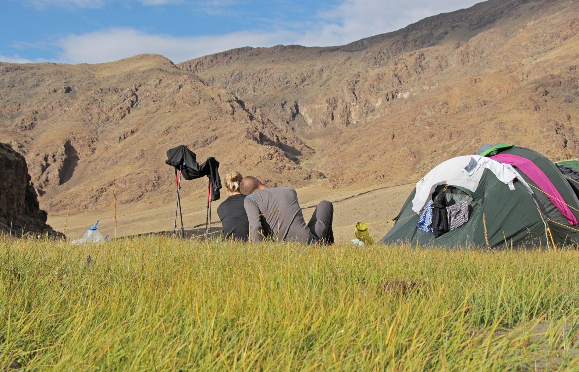Bei der Trekking-Tour durch die Mongolei sitzen Franziska und Felix abends vor dem Zelt