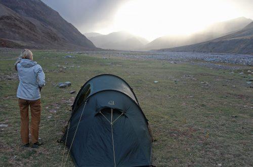 Franziska Bär beim Trekking durch die Mongolei neben ihrem Zelt