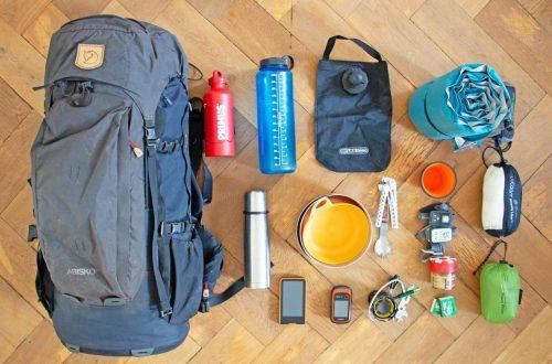 Rucksack mit Ausrüstung der Mongolei-Wanderung