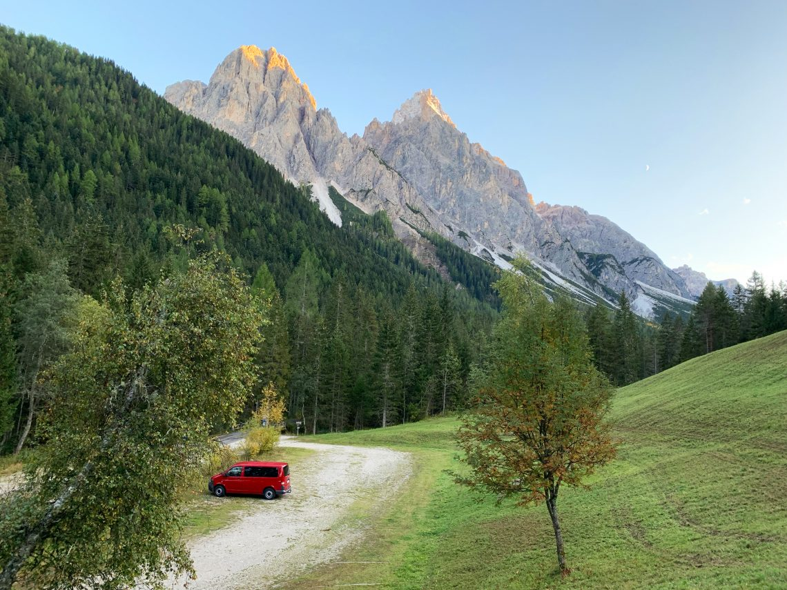 Unser selbst ausgebauter T5 Bulli vor der Kulisse der Dolomiten