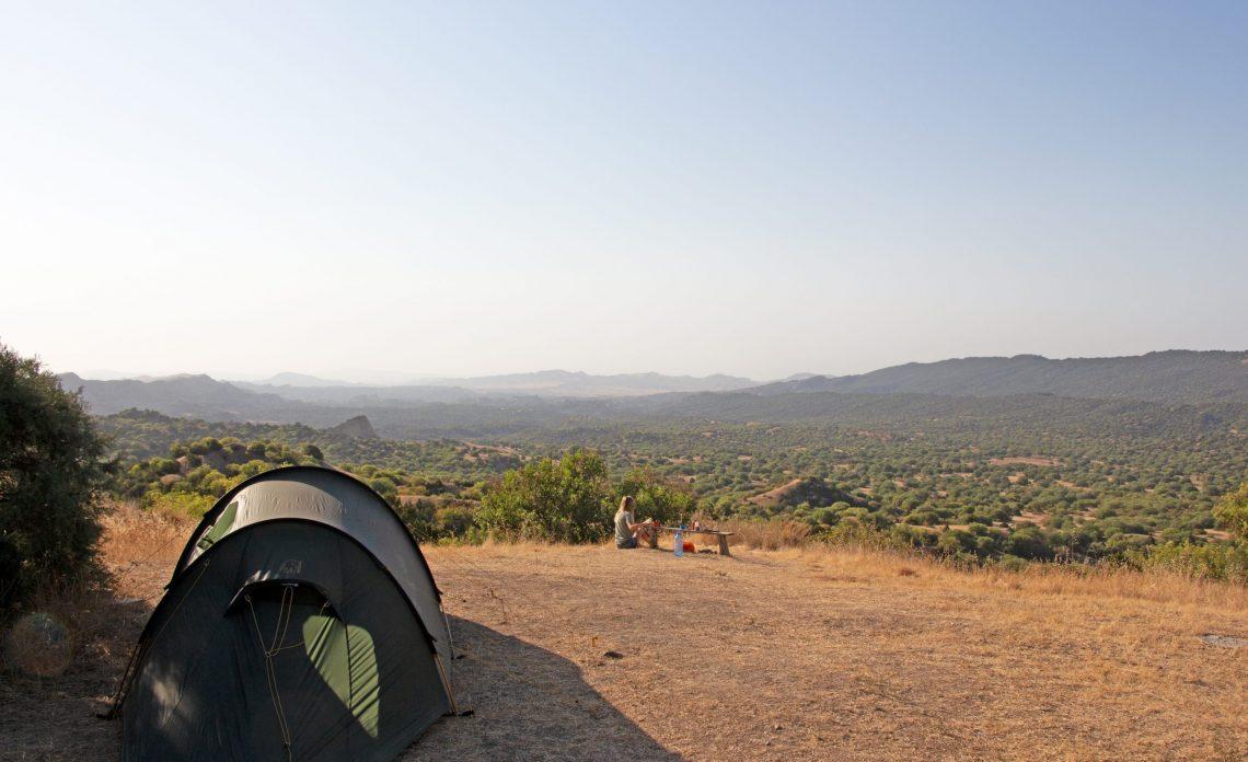 Im Waschlowani Nationalpark in Georgien genießt Franziska den Ausblick vor dem Zelt