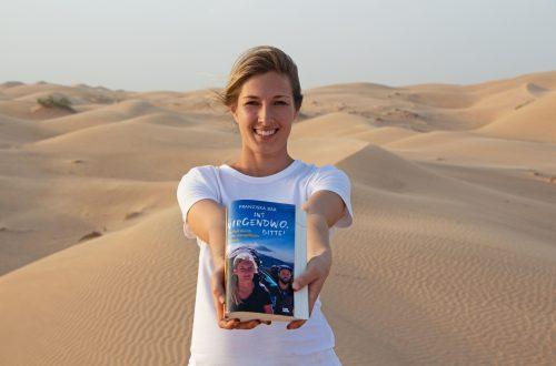 Franziska mit Ins Nirgendwo bitte Buch im Oman auf Düne