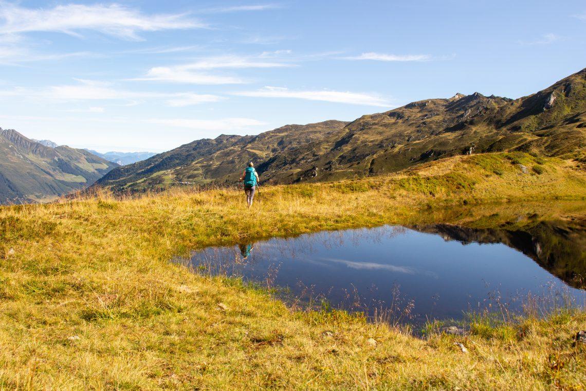 Franziska wandert auf der Alpenüberquerung vom Tegernsee nach Sterzing durch das Zillertal